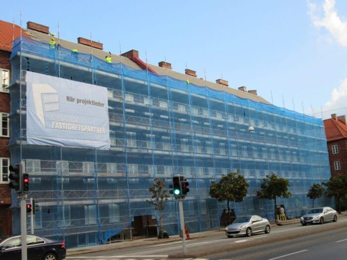 Takrenovering och fasadrenovering av äldre fastighet i Malmö.